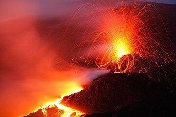 Mehrere Fotoseiten über die außergewöhnliche Aktivität am und um den Südostkrater im November 2006.