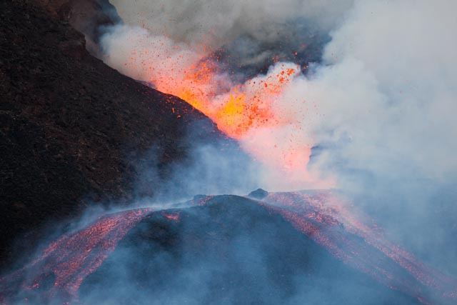 The lava fountains from the lower part of the SE fissure at the beginning of the 16th paroxysm of Etna's New SE crater, ca. 15h30, 8 Oct 2011