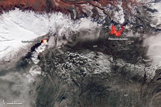 Das Foto zeigt die beiden Ausbruchstellen, Eyjafjallajökull die am 14 April 2010 ausbrachen und Fimmvörðuháls vom 20 März bis 12 April 2010. (c) NASA Earth Observatory