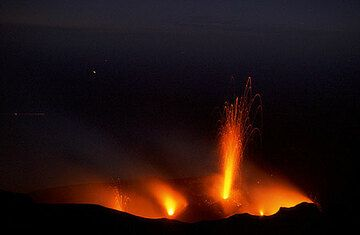 11 Oct 20h f=28mm from Pizzo. Also a hidden vent in the W crater erupts low fountains of few bombs at far left.