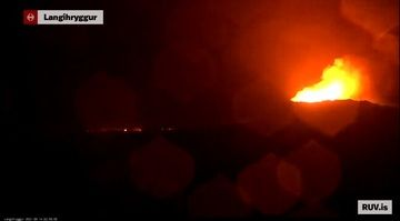 Glowing steam at the current eruption site from live webcam accompanies the activity at the time of this update (image: Youtube/RÚV)