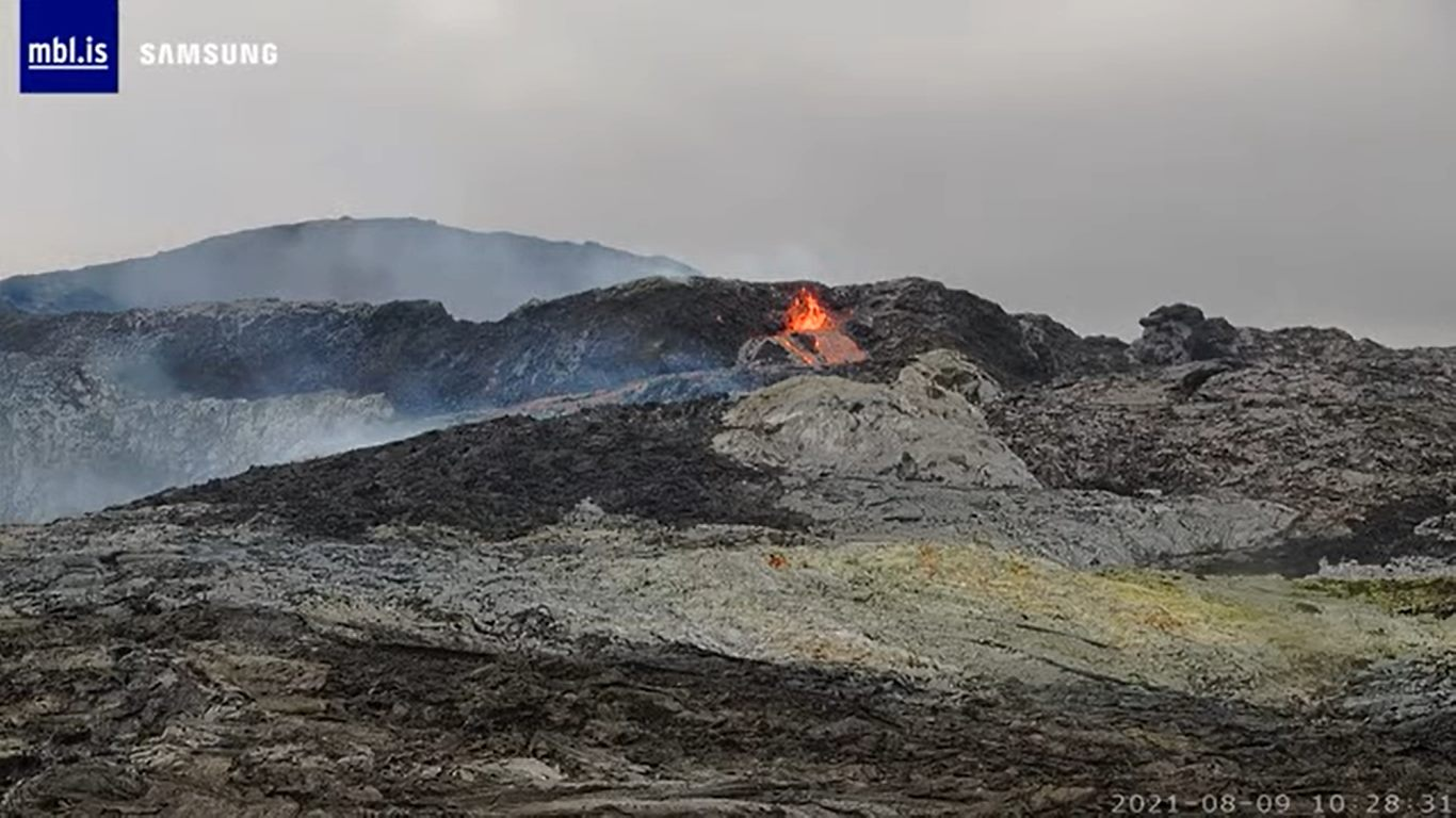 Lava erupting this morning from a small side vent near the main crater at Fagradalsfjall (image: mbl.is)