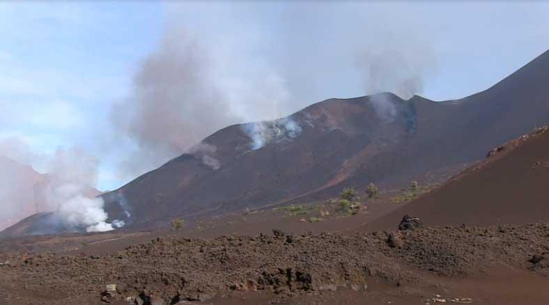 The eruptive vents at Fogo this morning (MuzikaTV)
