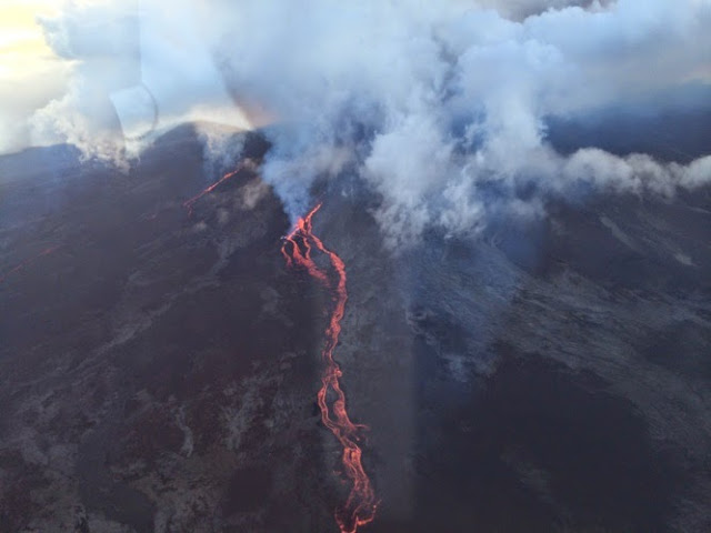 The two active vents with lava flows yesterday (photo: Planétaire974)