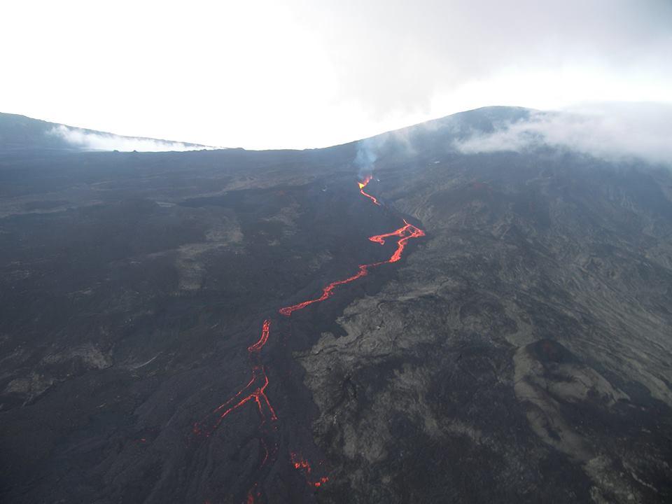 Piton de la Fournaise's lava flow on 21 May (photo: Fabrice Juigner / facebook)