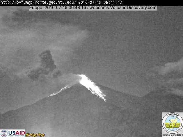 Strong explosion at Fuego with incandescent avalanches this morning (INSIVUMEH webcam)