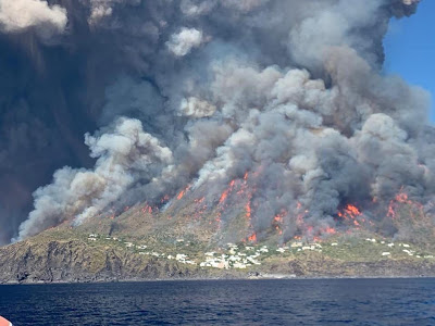 The southern slopes of the volcano engulfed in bush fires ignited by the lava bombs (image: Gianluca Giuffrè)