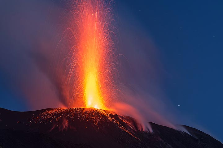 Relatively strong eruption from the eastern vent (image: Tom Pfeiffer / VolcanoDiscovery))
