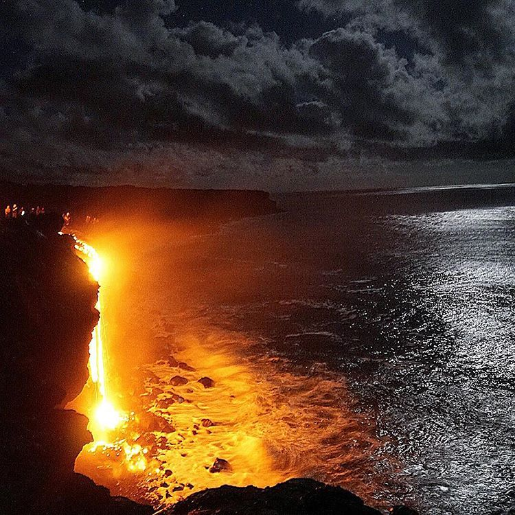 The new lava flow sea entry shortly after its formation (image: tapandgrind / instagram)