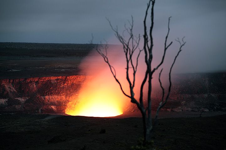 The active lava lake inside Halema'uma'u crater on Kilauea volcano (27 March 2010)