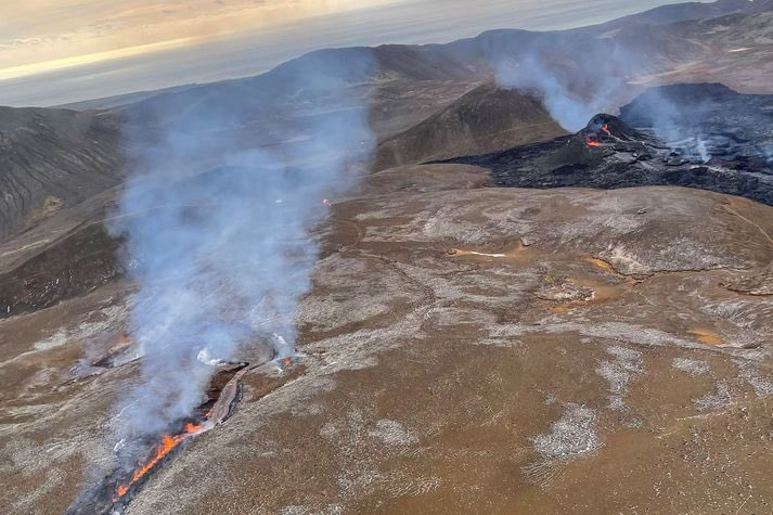 The new eruptive fissure continues to be active to the NE of the continuing eruption (image: @sandrasnaebj/twitter)