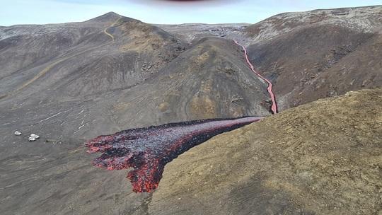The new lava flow continues to fill up the Meradalir valley (image: @krjonsdottir/twitter)