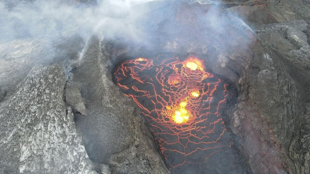 The lava-filled crater seen from a drone on 5 Aug 2021 (image: Tomasz Lepich / facebook)