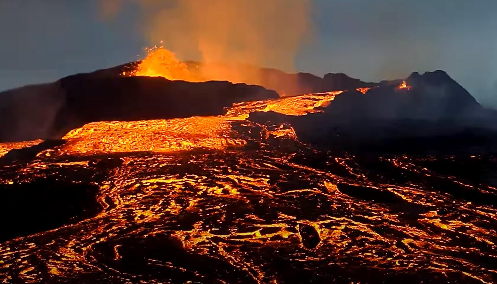 Lava overflow from the main vent last night (image: mbl.is webcam, screenshot via vulkane.net)