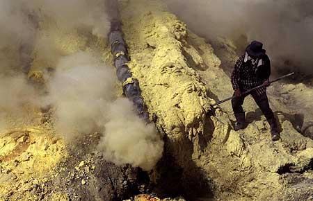 À l'intérieur du cratère du volcan Kawa Ijen avec les coulées de soufre chaudes
