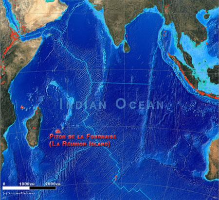 Localisation de l'île de la Réunion dans l'Océan Indien et ses volcans (triangles rouges)