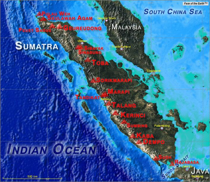 Les volcans actifs majeurs de Sumatra. (La base de la carte a été créé à l'aide d'outil cartographique UNAVCO mettant en fond la face de la Terre)