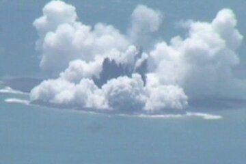 Surtseyan activity (image: vulkane.net / Japan Coast Guard)