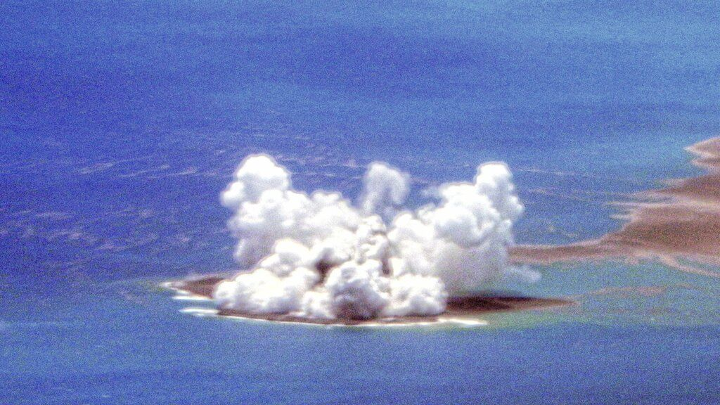Eruption of the Fukutoku-Okanoba volcano as it breached the surface over the weekend (image: Japan Coast Guard)