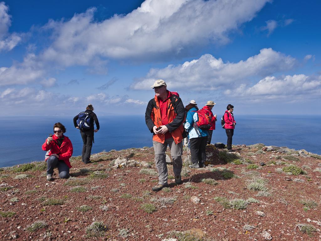 Gruppe auf einem Vulkan (Santorin/GR)