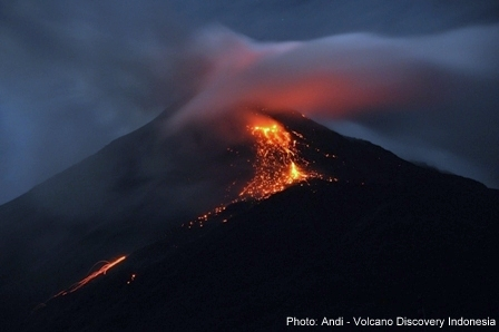 Glowing avalanches from Karangetang volcano yesterday (photo: Andi Rosadi / VolcanoDiscovery Indonesia)