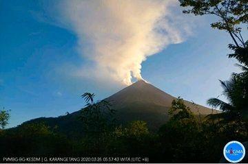 An ash plumes from Karangetang volcano on 26 March (image: PVMBG)