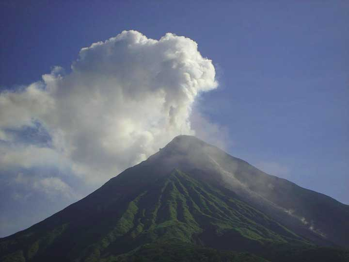 Karangetang volcano on Siau Island (2006, photo: Donald Tapehe)