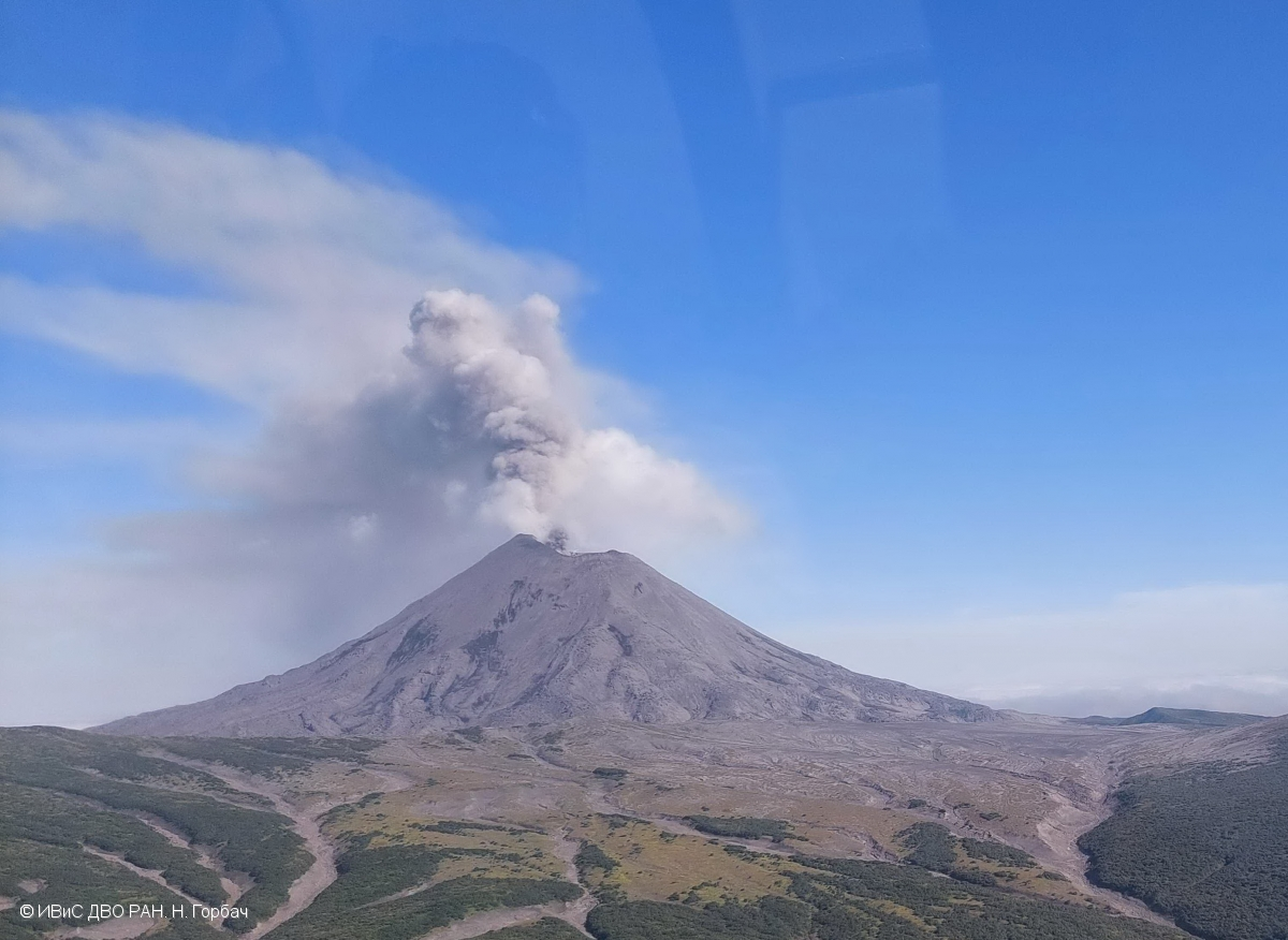 Dark ash plume from Karymsky volcano on 27 August (image: KVERT)
