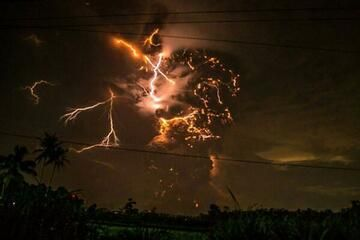 The eruption column with intense volcanic lightning (@soranibrahim7, pic.twitter.com/11kGP8V0k4)