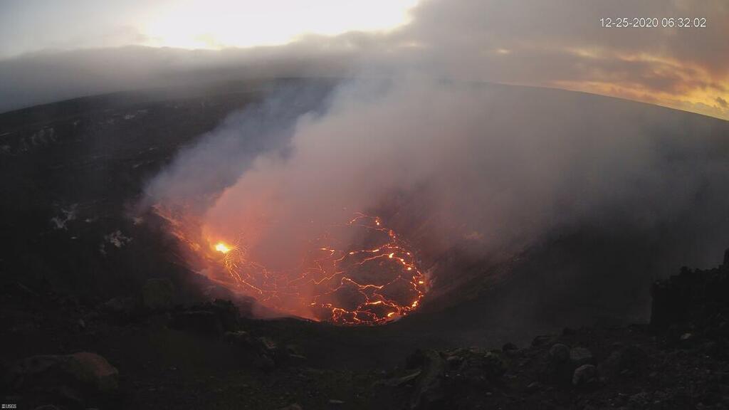 Kilauea's new lava lake on Christmas Day morning (image: HVO webcam)