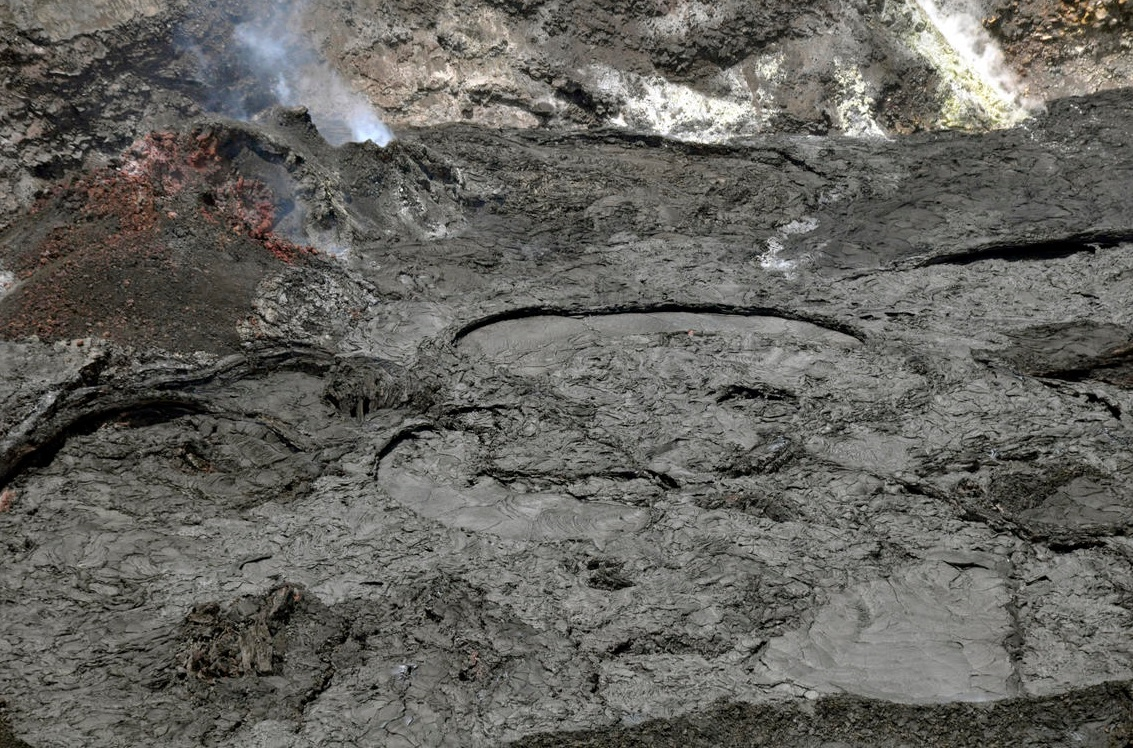 Lava lake surface within Halema'uma'u crater continues crusting (image: HVO)