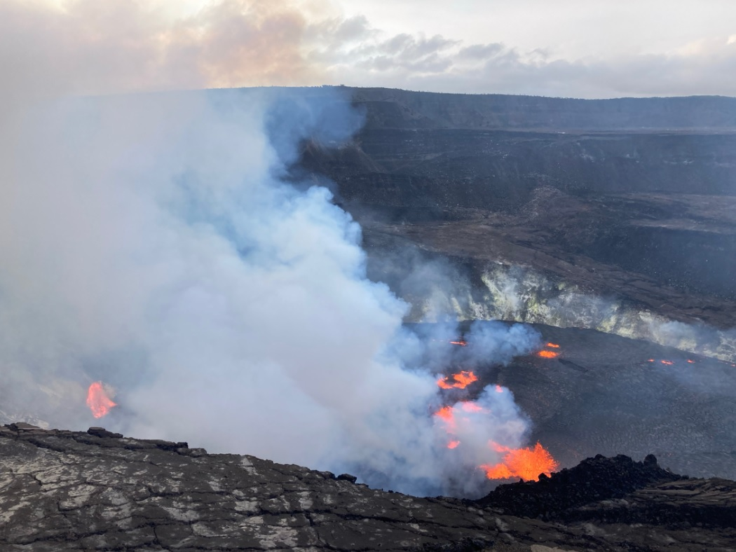New eruptive fissures of the current eruption site of Kilauea volcano. Western fissure is visible in the left side of the image (image: HVO)