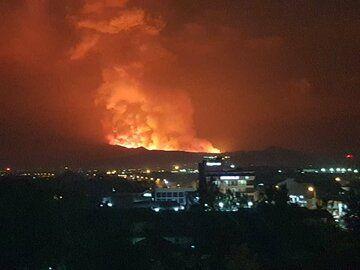 Eruption illuminates sky over Goma city (image: @imfuraluc01/twitter)