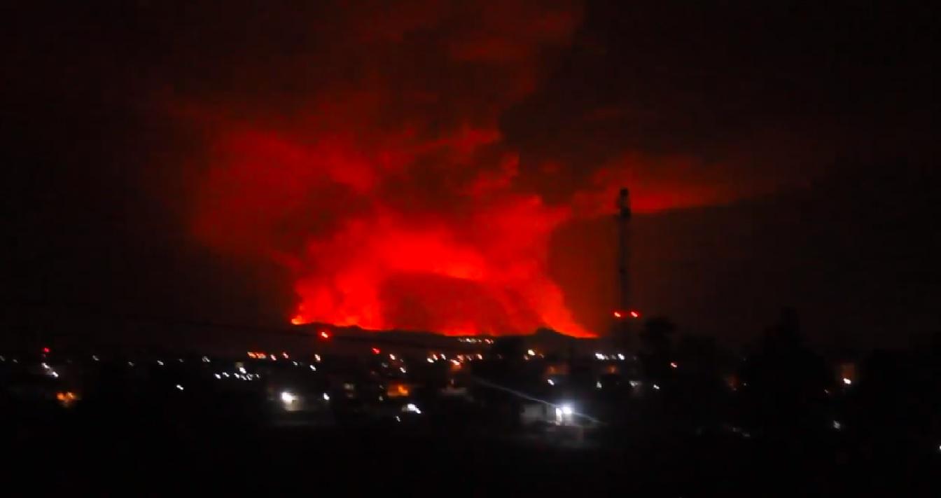 Eruption illuminates sky over Goma city (image: @CharlesBalagizi/twitter)