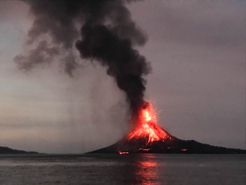 Strong activity at Krakatau before the peak of the activity later in the evening, taken on 11:15 local time on 22 Dec by website visitor Gabriela Garcia who kindly submitted a volcano report.
