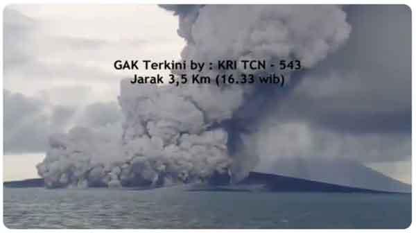 Krakatau with steam explosions seen yesterday (image:  Sutopo Purwo Nugroho @Sutopo_PN / twitter)