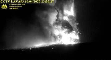 Lava fountains from Anak Krakatau this evening (image: MAGMA Indonesia webcam)
