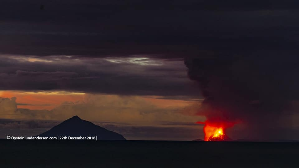 Lava flows entering the sea and lava fountaining from Anak Krakatau this evening (22 Dec 2018; image: Øystein Lund Andersen / facebook)