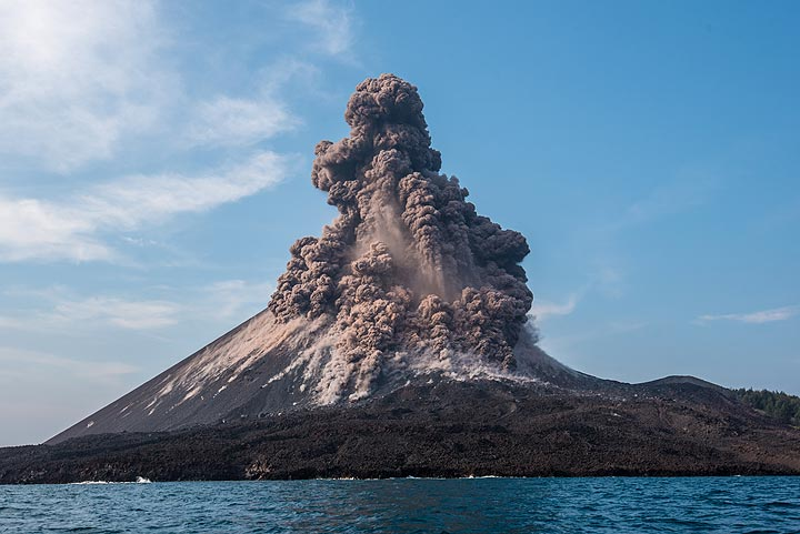 On 17 Oct, explosions were particularly violent at Anak Krakatau. We show a series of images of a spectacular explosion captured from close range by boat. 2 months later, the cone of Anak Krakatau collapsed into the sea on the evening of 22 Dec 2018, triggering a catastrophic tsunami. The following sequence of pictures was taken within few seconds from each other each.