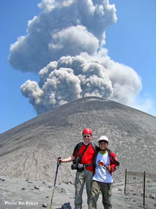 Foto mit Kay & Andy. Im Hintergrund der Krakatau