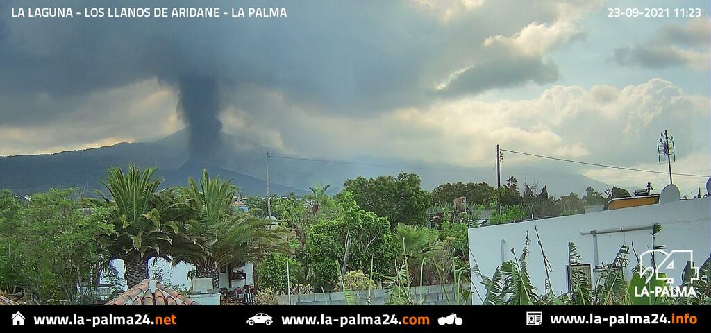 Ash plume from the eruption at Cumbre Vieja this morning (image: La Palma 24)