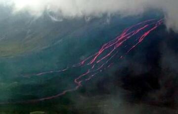 Lava flows descending the SW flank of La Cumbre volcano / press photo courtesy AFP