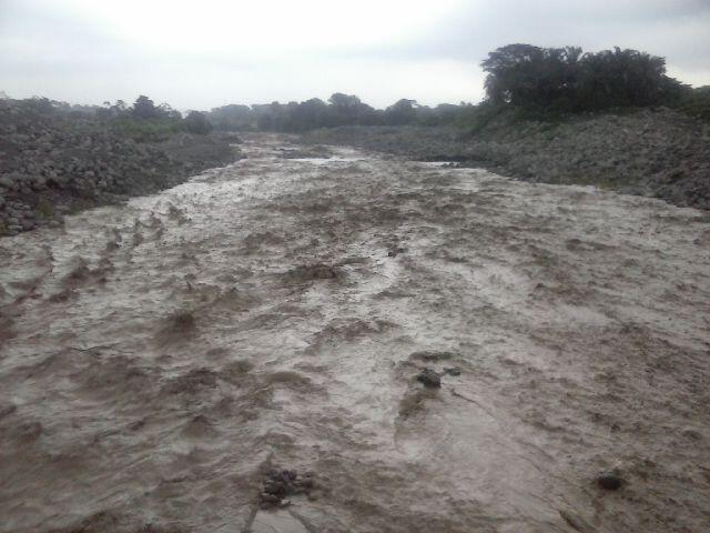 Lahar in the Tambor river yesterday (image: @ConredGuatemala / twitter)
