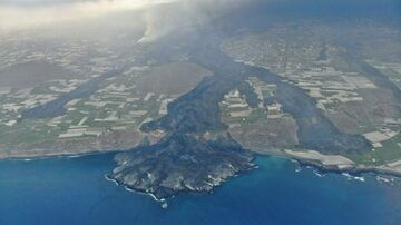 Aerial image of the lava flows approachig the coast (image author unknown)