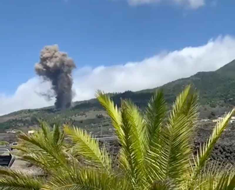 Image of the eruption immediately after it began (image: INVOLCAN / twitter)