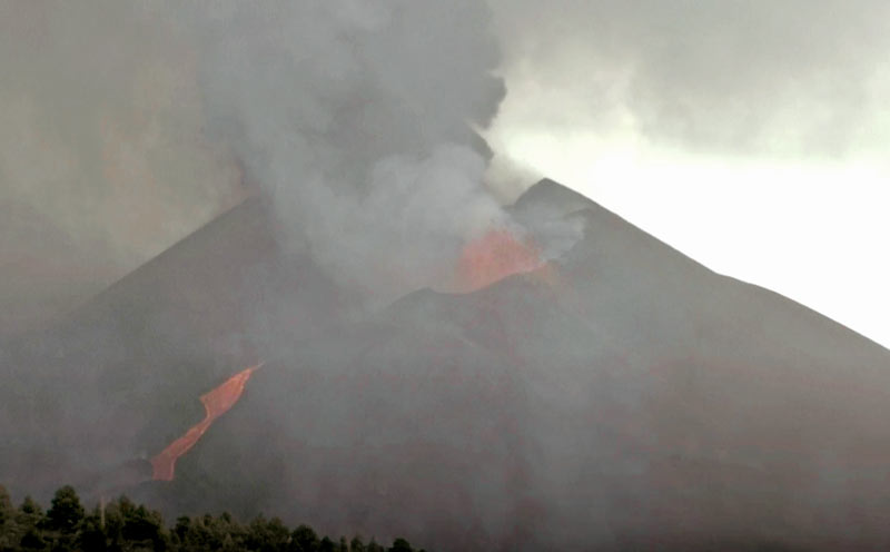 Lava fountain, ash emission and lava flow today at noon (image: Live webcam)