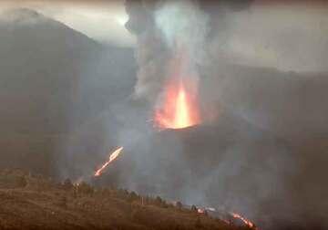 Lava fountain and lava flow today at La Palma (12 Oct, image: kimedia live webcam)