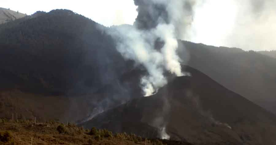 Activity at the vent of the eruption on La Palma this afternoon (image: Canarias TV live stream)