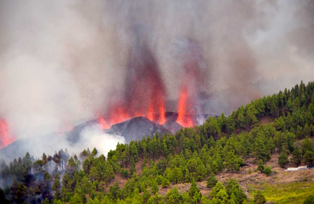 The eruption site on La Palma's Cumbre Vieja volcano this afternoon (image: EFE/ Miguel Calero)