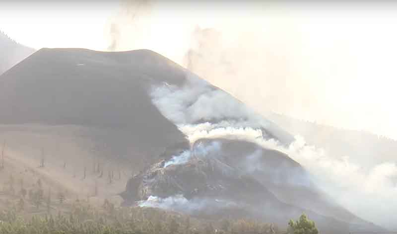 Activity at the vent of the eruption on La Palma aroud noon today (image: TV La Palma live stream)